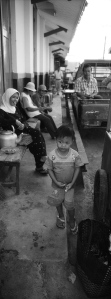 Anak Kecil di depan Stasiun Cibadak